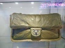 Chanel påsar på fönsterskärm royaltyfria foton
