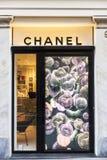 Chanel shoppar i Rome, Italien arkivbilder