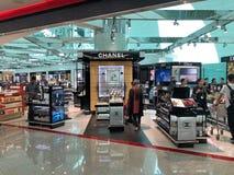 Chanel shoppar på den internationella flygplatsen av Dubai, Förenade Arabemiraten arkivfoto