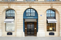 Chanel shoppar på plats Vendome i Paris Arkivbilder