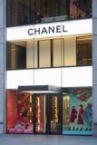 Chanel shoppar upplyst yttersida i den 57th gatan, New York Arkivfoto