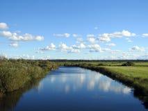 Chanel, träd och molnig himmel, Litauen royaltyfria bilder