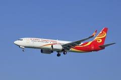 Chang An Airlines Boeing 737-8FHWL landning i Peking, Kina Royaltyfria Foton