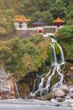 Changchun tempel med vattenfallet i den Taroko nationalparken Taiwan arkivfoto