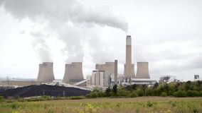 Changement climatique dans l'action de centrale nucléaire Les nuages se soulevants de pollution atteignent pour le ciel obscurci clips vidéos