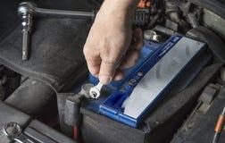 Changement de batterie de voiture Vérifiez le contact avec la clé photos libres de droits