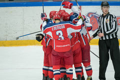 Changement de joueurs de hockey au match Images stock