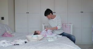 Changement de la couche du ` s de bébé clips vidéos