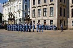 Changement de la garde Ceremony au château de Prague Images libres de droits