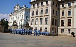 Changement de la garde Ceremony au château de Prague Image stock