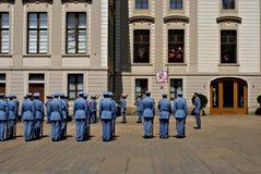 Changement de la garde Ceremony au château de Prague Photographie stock