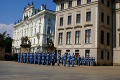 Changement de la garde Ceremony au château de Prague Photos stock