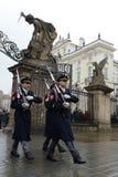Changement de la garde des gardes d'honneur au palais présidentiel dans le château de Prague Image stock