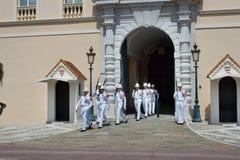 Changement de la garde royale en cours au château royal Images libres de droits