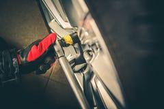 Changement de pneu de roue de véhicule photographie stock libre de droits
