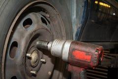 Changement de pneus de voiture Photographie stock libre de droits