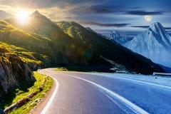 Changement de temps au-dessus de la route des montagnes photos libres de droits