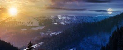 Changement de temps au-dessus de panorama d'arête de montagne images stock