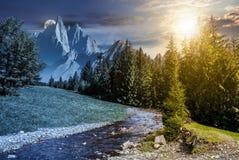 Changement de temps de paysage montagneux d'été images stock