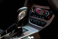 Changement de vitesse dans la voiture Manipulez les transmiss automatiques Image stock