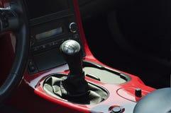 Changement de vitesse de voiture de sport sur une console rouge Photo libre de droits