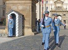 Changement du dispositif protecteur au château de Prague Photo libre de droits