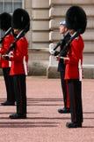 Changement du dispositif protecteur au Palais de Buckingham Images stock