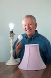 Changer aîné en une ampoule plus efficace photos libres de droits