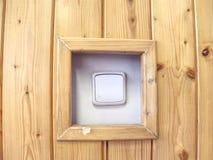 Changeur blanc sur le mur Mur en bois avec le commutateur blanc, b image libre de droits