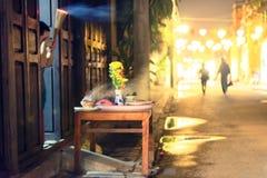 Changez et des piétons sur des rues de Hoi An, Vietnam la nuit images stock