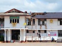 Changez les tuiles de toit Photo libre de droits