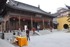Changhaï, 2ème peut : Support touristique de guide de la cour de Jade Buddha Temple à Changhaï images stock