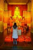 CHANGHAÏ, CHINE - 29 JANVIER 2017 : Religieux changez dans le thème jaune et par rouge coloré, statue d'or de Bouddha se tenant à Images libres de droits