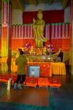 CHANGHAÏ, CHINE - 29 JANVIER 2017 : Religieux changez dans le thème jaune et par rouge coloré, statue d'or de Bouddha se tenant à Photos libres de droits