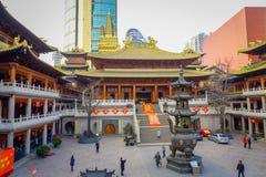 CHANGHAÏ, CHINE - 29 JANVIER 2017 : Religieux changez dans le thème jaune et par rouge coloré, statue d'or de Bouddha se tenant à Images stock