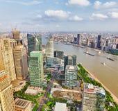 CHANGHAÏ, CHINE - 24 MAI 2015 : Gratte-ciel de belle vue, l'eau Photographie stock