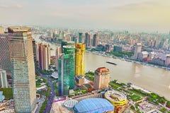 CHANGHAÏ, CHINE - 24 MAI 2015 : Gratte-ciel de belle vue, l'eau Photographie stock libre de droits