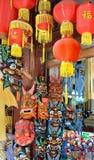CHANGHAÏ, CHINE - 7 mai 2017 - souvenirs chinois Divers masques asiatiques dans la boutique de cadeaux à Changhaï Image libre de droits