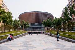 CHANGHAÏ, CHINE - 24 OCTOBRE 2018 : Style contemporain moderne de tir architectural externe d'amphithéâtre d'université de techno photographie stock