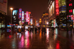 Changhaï, Chine - 2012 11 25 : Rue piétonnière à Changhaï du centre près du bord de mer de Bund Beaucoup de piétons et cente d'ac Photographie stock