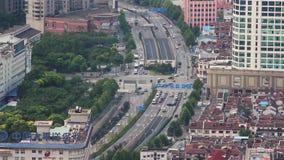 CHANGHAÏ - 6 SEPTEMBRE 2013 : le trafic occupé au-dessus du passage supérieur dans la ville moderne, Changhaï, Chine banque de vidéos