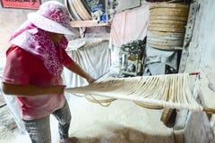 Changhua Lukang Fuxing handmade kluski - Październik 22, 2017: Tradycyjny sposób suszyć świetną mąkę w Tajwan Zdjęcia Stock