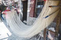 Changhua Lukang Fuxing handmade kluski - Październik 22, 2017: Tradycyjny sposób suszyć świetną mąkę w Tajwan Fotografia Stock
