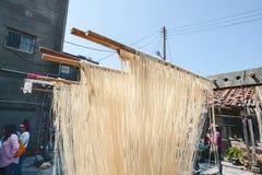 Changhua Lukang Fuxing handmade kluski - Październik 22, 2017: Tradycyjny sposób suszyć świetną mąkę w Tajwan Zdjęcie Stock