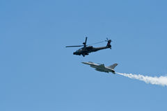 Changi, Σιγκαπούρη - 6.2010 FEB: Επιθετικό ελικόπτερο RSAF ah-64 Apache και μια πάλη RSAF φ-16C Στοκ εικόνες με δικαίωμα ελεύθερης χρήσης
