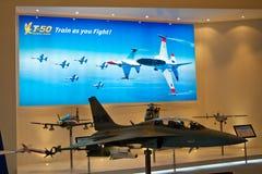 Changi Singapore - Februari 6,2010: Modeller för T-50 guld- Eagle Arkivbild