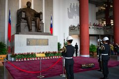 Changing of the guard with rifle and bayonet in front of statue of Sun Yat Sen at Sun Yat-Sen memorial hall in Taipei Taiwan stock photo