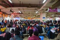 Changsha Kina - Januari 9, 2015: Väntande buss i bussterminalen på Changsha arkivfoton