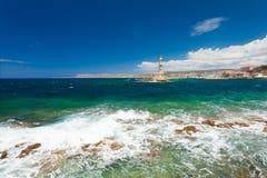 Chania, Κρήτη, Ελλάδα - 26 Ιουνίου 2016: Η άποψη σχετικά με τη Μεσόγειο βλέπει, φάρος Chania και το μέρος του λιμένα με τα γιοτ Στοκ Φωτογραφίες