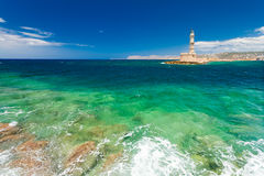 Chania, Κρήτη - 26 Ιουνίου 2016: Η άποψη σχετικά με τη Μεσόγειο βλέπει, φάρος Chania και το μέρος του λιμένα με τα γιοτ και τους  Στοκ φωτογραφίες με δικαίωμα ελεύθερης χρήσης